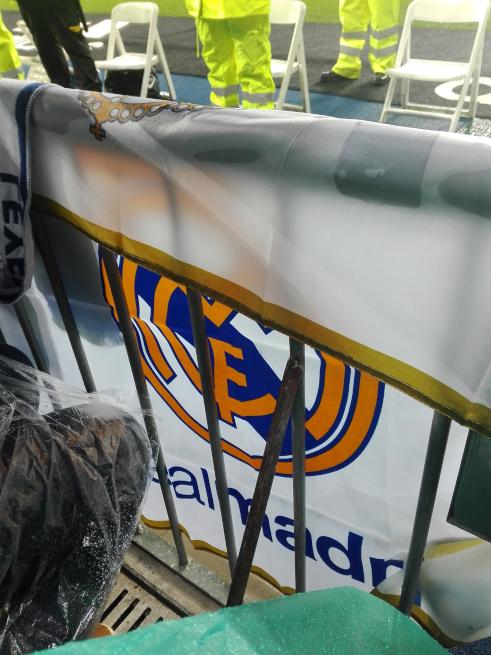 レアルマドリードの旗をかける