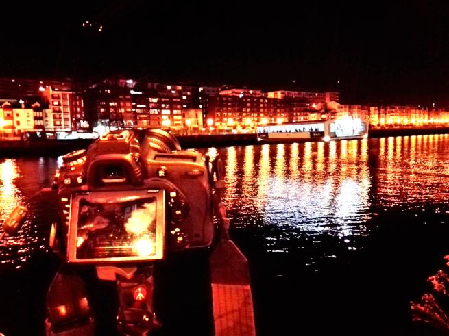 ビルバオで夜景を撮影する様子