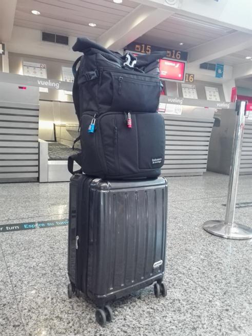 スーツケースの上にカメラバッグを乗せる