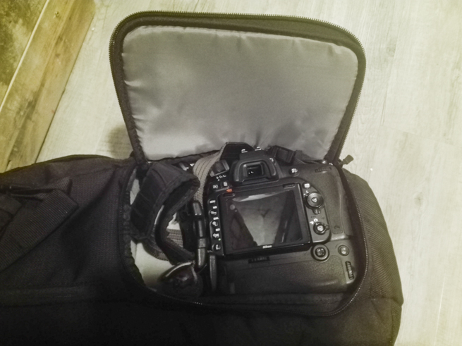 バッテリーグリップを付けた一眼レフカメラをカメラバッグに入れる
