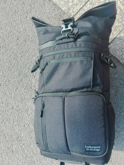 荷物を詰め込んだカメラバッグ