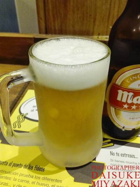 スペインで冷えたジョッキでビールを飲む